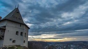 De toren van het Timelapsekasteel op de achtergrond van wolken en zonsondergang stock videobeelden