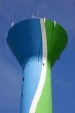 De toren van het water met de cellulaire antennes van het telefoonnetwerk Stock Afbeeldingen