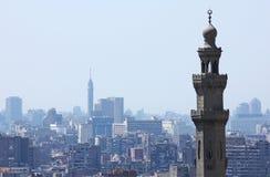 De toren van Kaïro met de minaret van sultanhassan stock fotografie