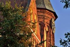 De toren van Koenigsberg-Kathedraal tegen de blauwe hemel Gotisch van de 14de eeuw Kaliningrad, Rusland stock foto