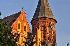 De toren van Koenigsberg-Kathedraal tegen de blauwe hemel Gotisch van de 14de eeuw Kaliningrad, Rusland stock afbeelding