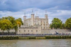 De Toren van Londen, van de Rivier Theems, het UK wordt gezien dat stock fotografie