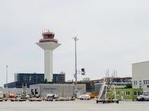 De toren van de luchthavencontrole in de Luchthaven van Frankfurt stock foto's