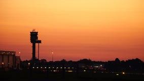 De toren van de luchtverkeerscontrole in zonsondergang stock videobeelden