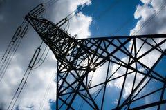 De toren van de machtslijn onder een blauwe bewolkte hemel wordt genomen die royalty-vrije stock afbeeldingen