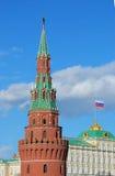 De toren van Moskou het Kremlin. Russische vlag. Royalty-vrije Stock Afbeelding
