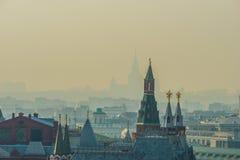 De toren van Moskou het Kremlin, stadsdaken, silhouet van de Staat van Moskou royalty-vrije stock foto