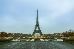 De Toren van Parijs Eiffel bij de vroege ochtend Royalty-vrije Stock Afbeeldingen