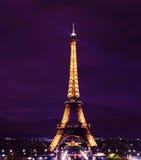 De Toren van Parijs Eiffel bij Nacht Stock Afbeeldingen
