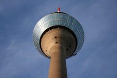 De toren van Rijn en een blauwe hemel stock foto
