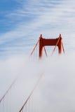De toren van San Francisco Golden Gate Bridge in de mist Stock Afbeeldingen