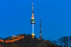 De toren van Seoel bij nacht in Seoel, Zuid-Korea Stock Foto