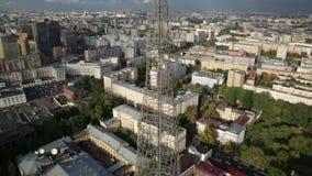 De toren van de Shukhovtelevisie in Moskou stock videobeelden