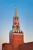 De toren van Spasskaya in het Kremlin (Moskou) bij zonsondergang stock foto's