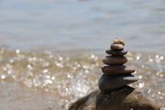 De toren van stenen op het strand stock foto