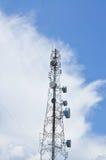 De toren van telecommunicatie en blauwe hemel Royalty-vrije Stock Afbeeldingen