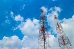 De toren van de telecommunicatie Mobiel Telefoonseinhuisje in de blauwe hemeldag Stock Fotografie