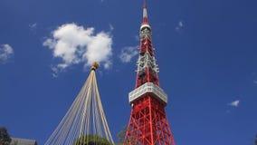 De toren van Tokyo in de blauwe hemel in Tokyo stock footage