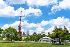 De Toren van Tokyo van Groen gazon in Shiba-Park in Tokyo, Japan royalty-vrije stock fotografie