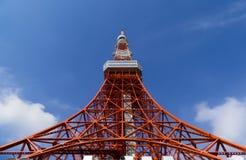 De toren van Tokyo, het oriëntatiepunt van Japan in blauwe hemel stock foto's