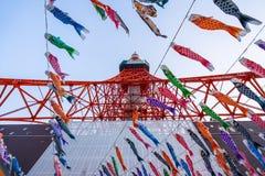 De Toren van Tokyo met Koinoborii in Japan die van Bodem kijken Royalty-vrije Stock Fotografie