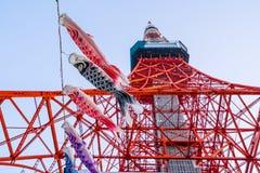 De Toren van Tokyo met Koinoborii in Japan die van Bodem kijken Royalty-vrije Stock Foto's