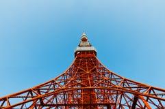 De toren van Tokyo ziet blauwe hemel onder ogen Stock Foto's