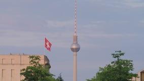 De Toren van TV van Berlijn en Zwitserse Vlag stock footage