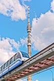 De toren van TV en monorailtrein Royalty-vrije Stock Foto's