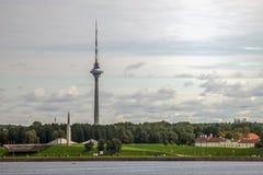 De toren van TV van Tallinn op de overzeese mening Stock Foto