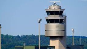 De toren van de verkeerscontrole bij de internationale luchthaven stock footage