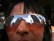 De torenbezinning van de hemel in sunglases Stock Foto's