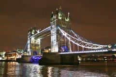 De Torenbrug van Londen bij nacht wordt verlicht die Royalty-vrije Stock Foto