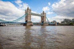 De Torenbrug van Londen en de Theems in de lente stock foto's