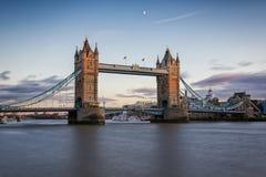 De Torenbrug van Londen ` s bij zonsondergang met halve maan Stock Afbeeldingen