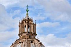 De torendetail van de kerk met bronskruis. Royalty-vrije Stock Foto's