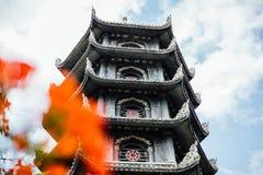 De torenhoge gestileerde Aziatische Chinese bouw tegen de hemel Bloem stock afbeelding