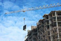 De torenkraan bouwt de hoge bouw Royalty-vrije Stock Afbeeldingen