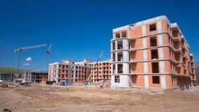 De torenkranen bouwen grote woningbouw in
