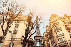 De Torenmening van Eiffel van comfortabele straat in Parijs, Frankrijk stock foto