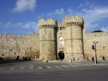 De torens bewaakt de ingang buiten de stadsmuren, Rhodos, Griekenland Royalty-vrije Stock Foto's