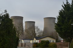De torens die van de kernenergiepost over woonwijk kijken Royalty-vrije Stock Fotografie