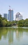 De Torens van Atlanta voorbij Huis op Meer stock foto