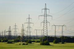 De torens van de machtslijn met draden Stock Foto's