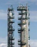 De torens van de raffinaderij Stock Afbeeldingen