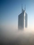De Torens van emiraten in Mist royalty-vrije stock foto