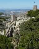 De torens van het Kasteel van legt in Sintra, Portugal vast. Royalty-vrije Stock Afbeelding