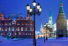 De torens van het Kremlin in de winter sneeuwende nacht royalty-vrije stock afbeeldingen