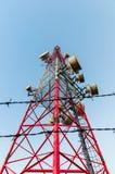De torens van het mobiele Communicatiemiddel met prikkeldraad Stock Afbeeldingen