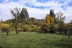 De torens van het Troskykasteel boven de boom Stock Foto